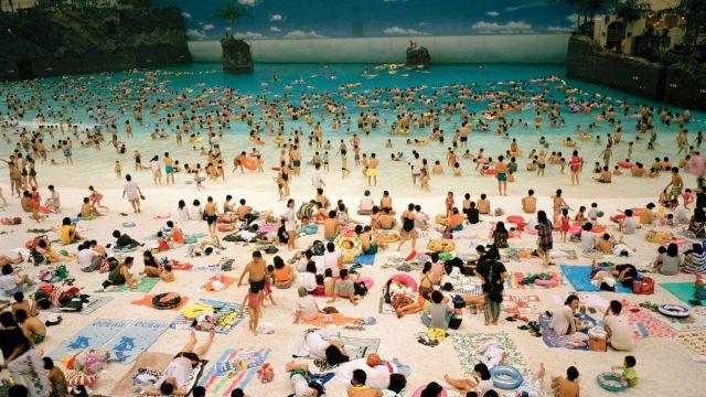 Ritorno in spiaggia. Gli scatti di Martin Parr in mostra online